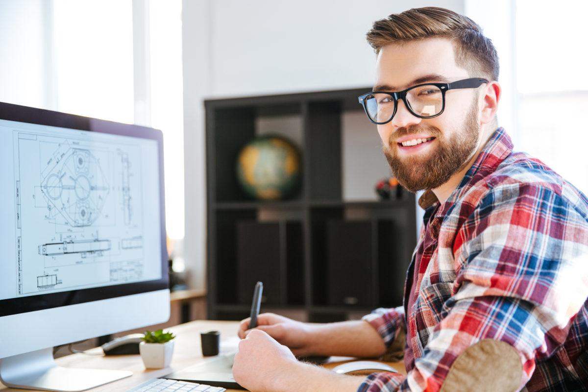 mann ved en datamaskin
